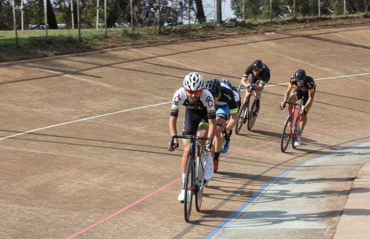 Men cyclists in action at the Joburg Grand Prix track cycling event at Hector Norris Park on Saturday. Photo: Cycle Nation