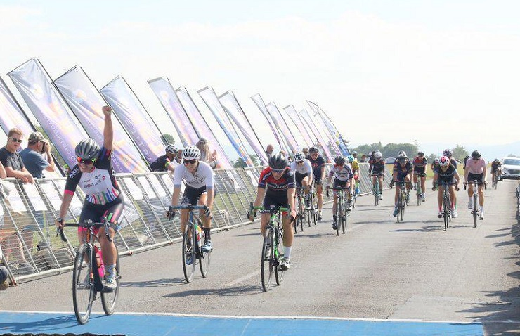 Liezel Jordaan pictured winning the Fast One cycle race yesterday in a sprint finish. Photo: tokencycling.co.za