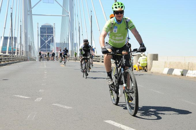 Eelco Meyjes crossing the Nelson Mandela bridge as the official I am an E BIKE EXPERIMENT in last year's Telkom 947 Cycle Challenge event.
